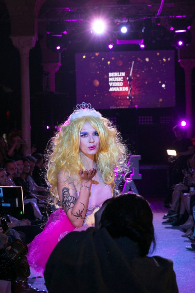 blond-model-blowing-a-kiss-fashionshow-bmva